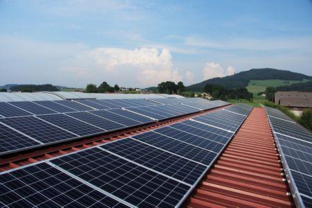 Fotowoltaika wychodzi z cienia – korzyść dla środowiska i domowego budżetu